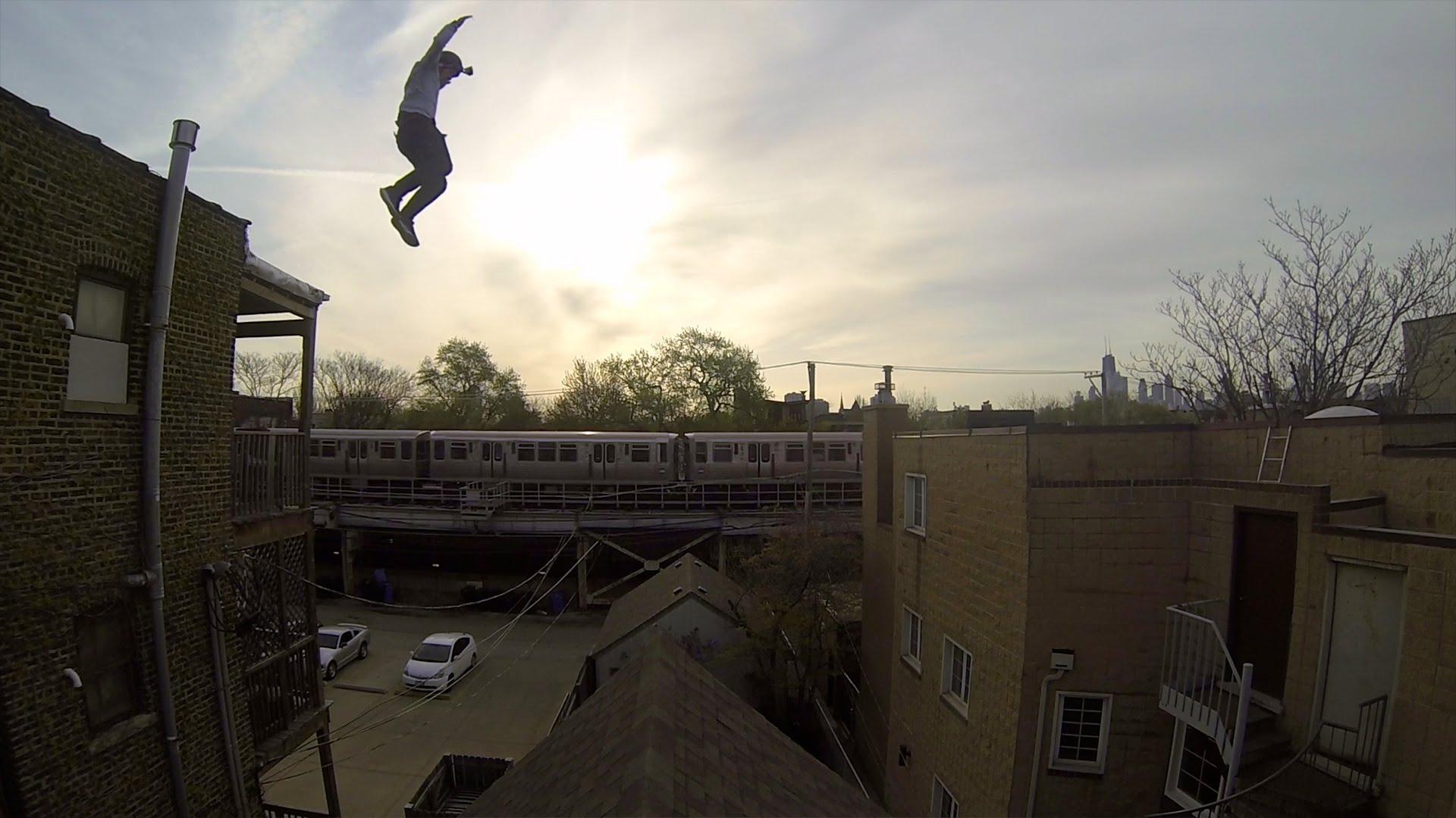 建物の屋根から飛び降りるところを主観アングルで見ると……
