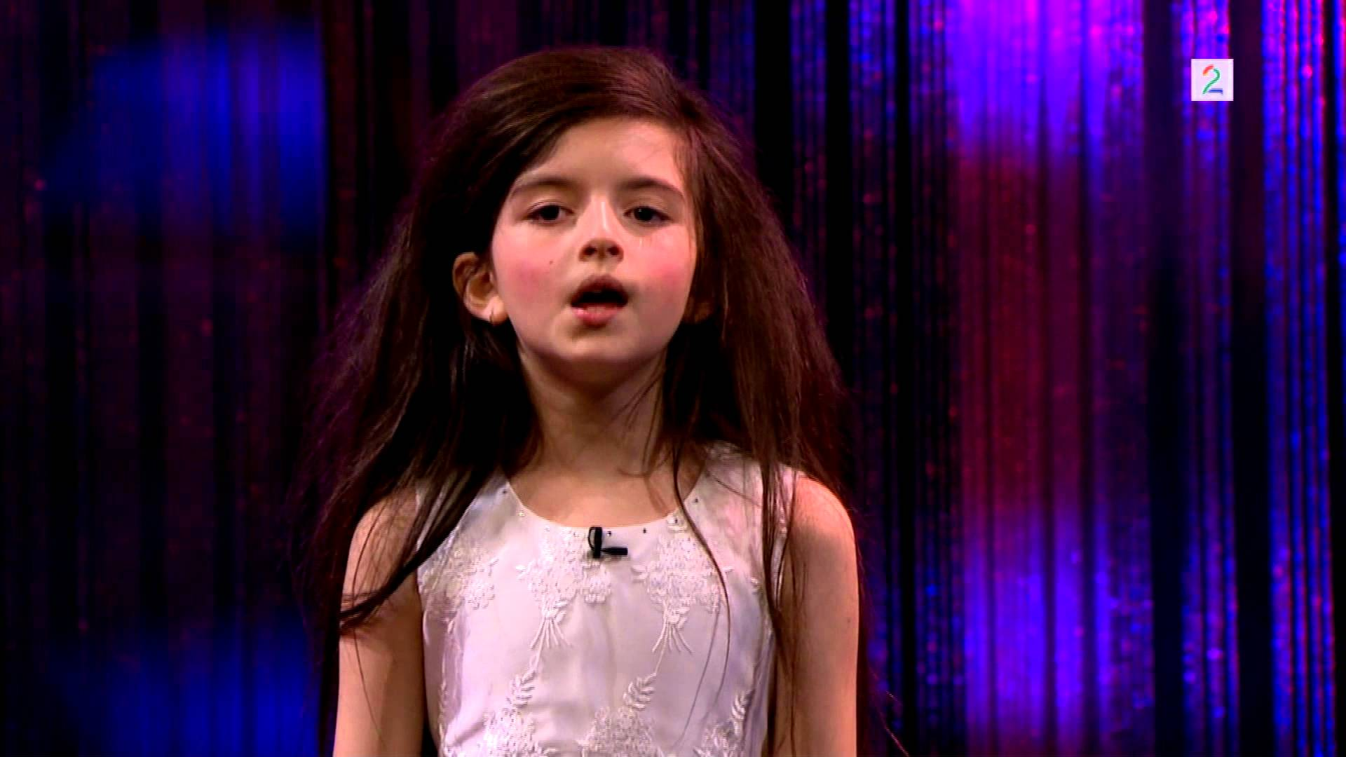 【世界が感動】8歳の少女が歌う『フライミートゥーザムーン』がすごい