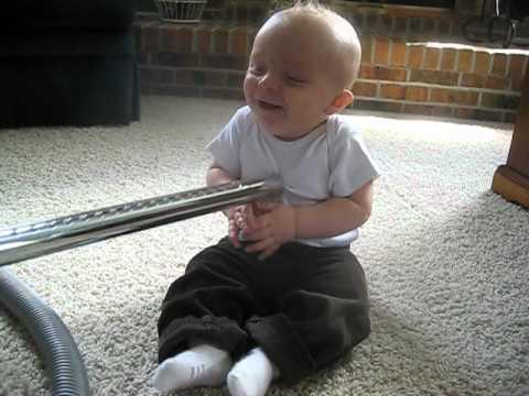 掃除機が好きすぎる赤ちゃんの動画が可愛い