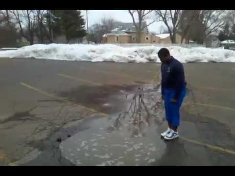 【いたずら動画】ただの水たまりだと思ったら以外に深かったようです