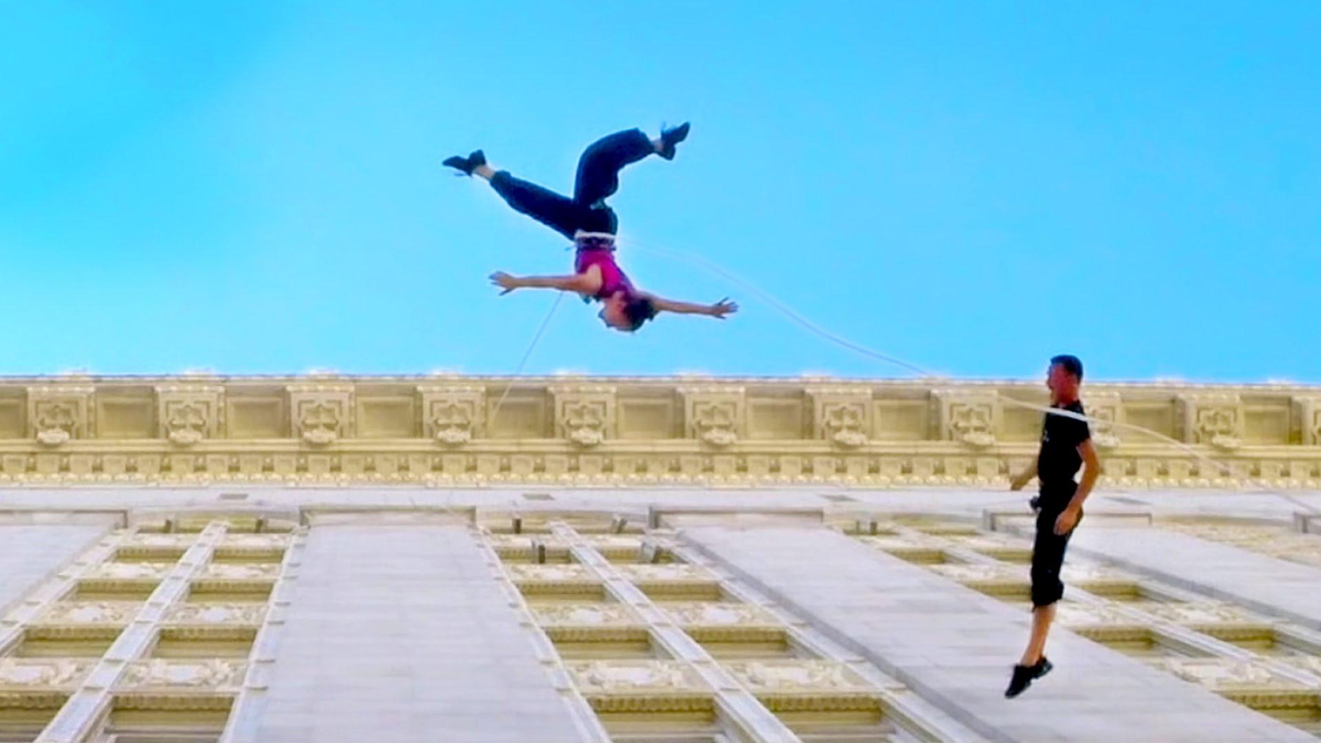 市役所の壁面でダンスをする動画が美しい