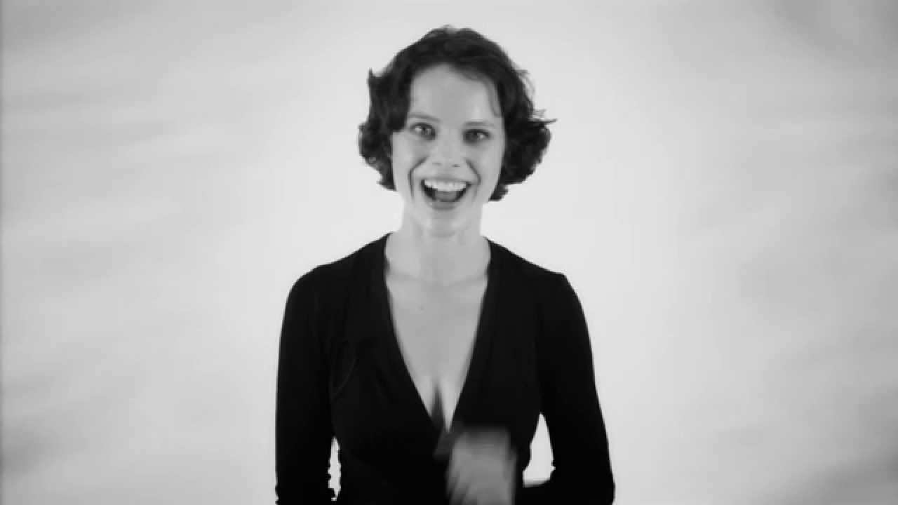 聴いていて不思議な感覚になる和音で歌う女性の動画