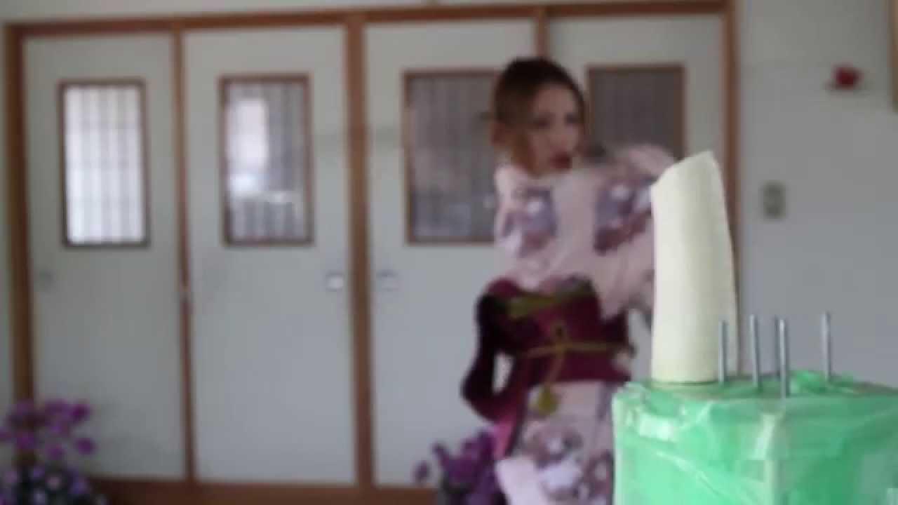 美女がムチで野菜をぶった切るお手軽クッキング動画