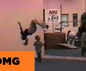 新体操の練習をしているところを奇跡的にすり抜けていく幼児
