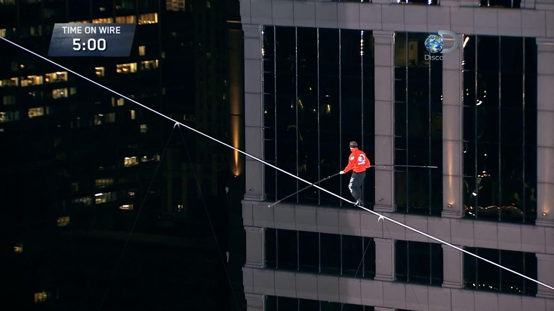 見てるだけで眩暈がしそうな命綱なしの高層ビル綱渡り動画