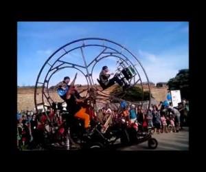パレードで盛り上がりそうな車輪式の音楽団動画