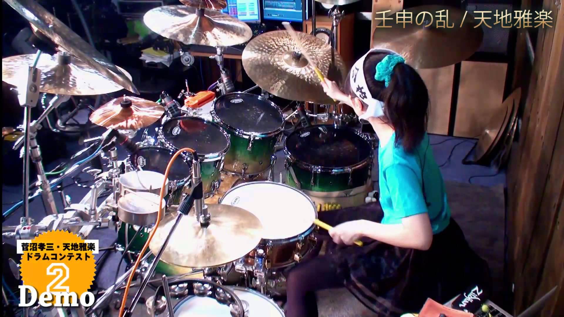 パワフルな演奏を魅せる日本の女子高生ドラマー