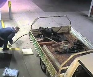 防犯カメラで撮影されたコントみたいなATM強盗
