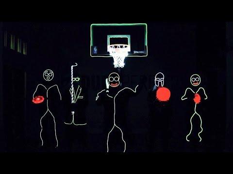 LEDスーツを着てトリックシュートを連発する動画