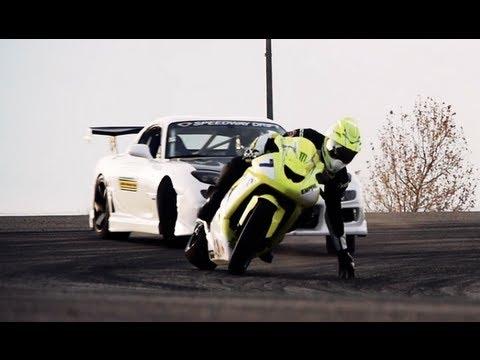 バイクVS車のドリフト対決がエキサイティングな動画
