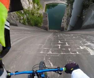 急な角度の地面を自転車で滑走! 本人視点で見ると恐ろしい