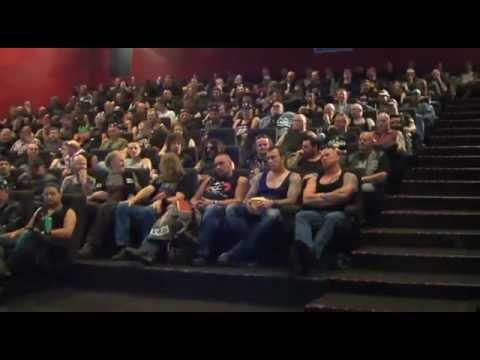 映画館に入るとまわりは全て強面の男性というドッキリ