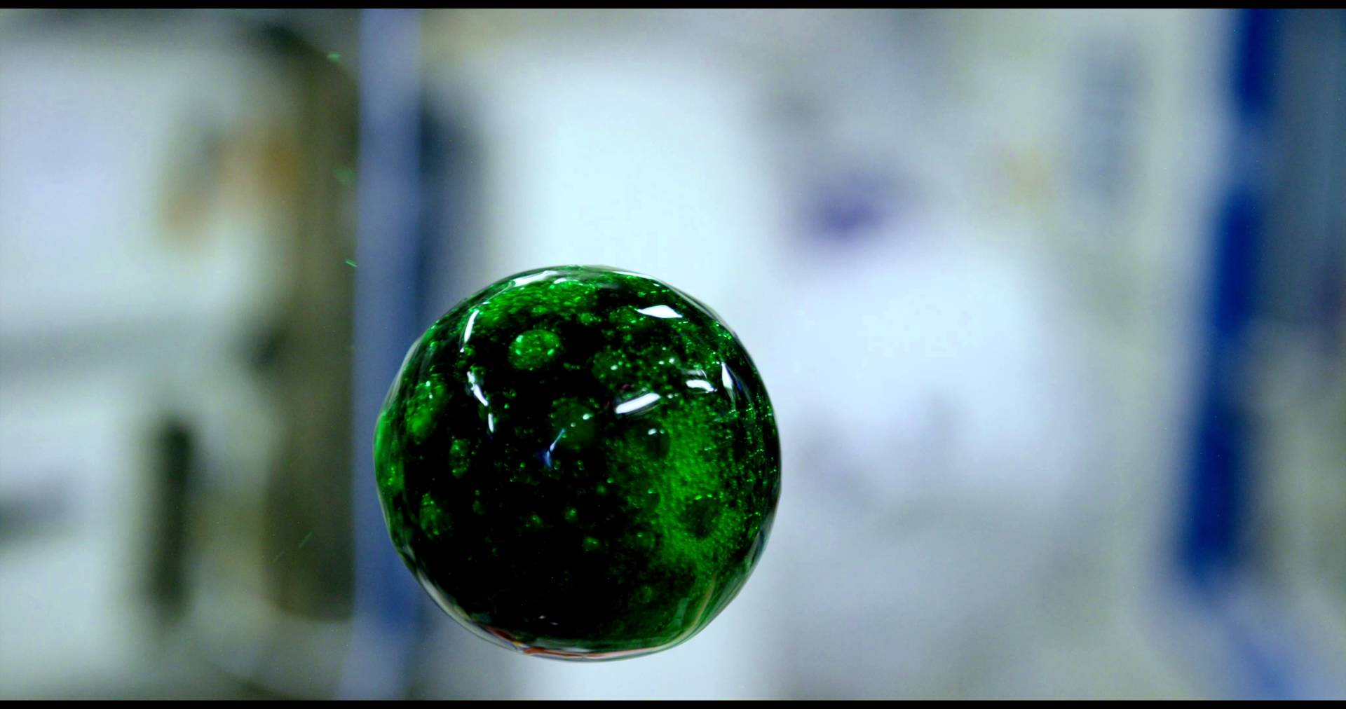 宇宙で水玉に着色するとこうなる!