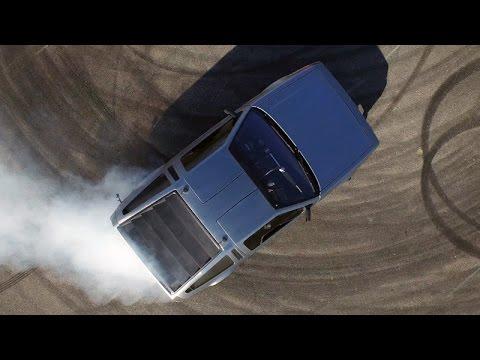 自動運転であらぶるドリフト走行をするデロリアン