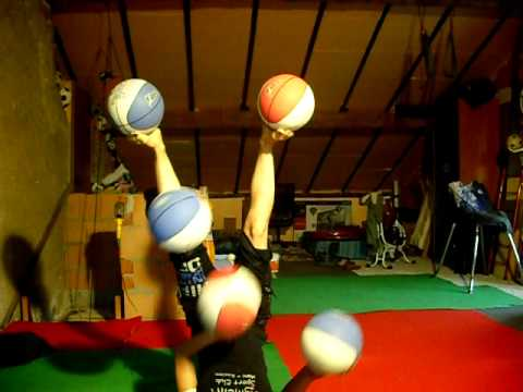 何コレすごい! 両手足を使ってバスケットボール5つのジャグリング