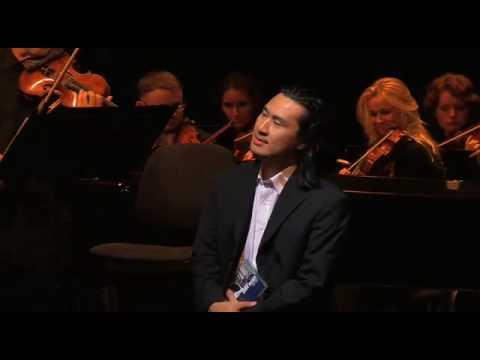 オーケストラをリモコンで操るコメディ動画