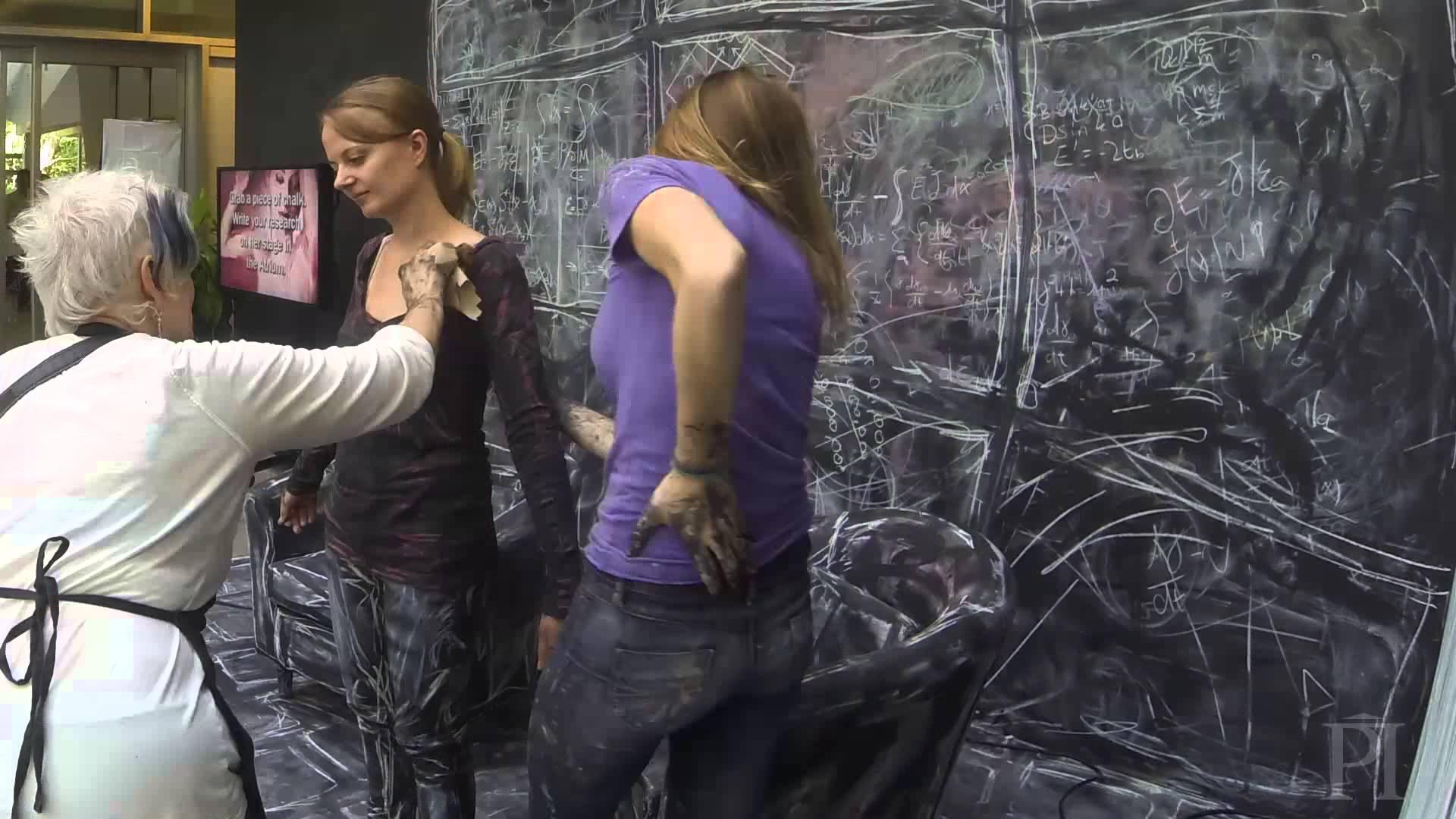 黒板とチョークの人間を組み合わせたアート