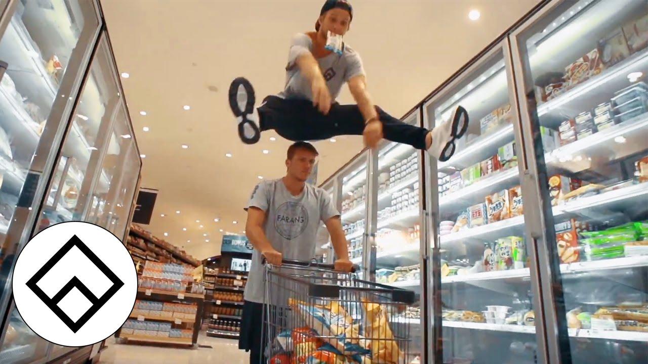 ショッピングモール内でのパルクールがアクション映画っぽい