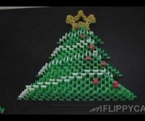 こんなツリーはいかが? ドミノで作られたクリスマスツリー