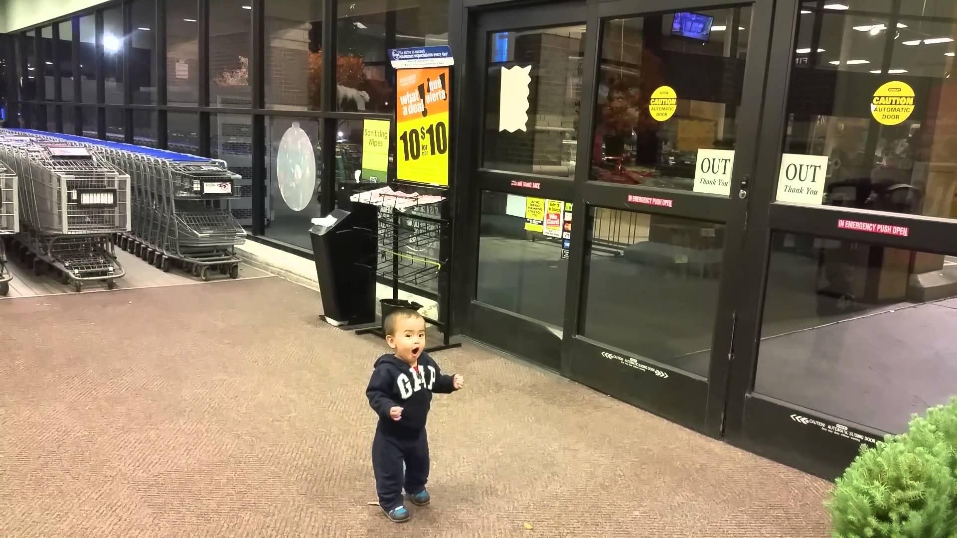 生まれて初めて自動ドアを見た男児の反応