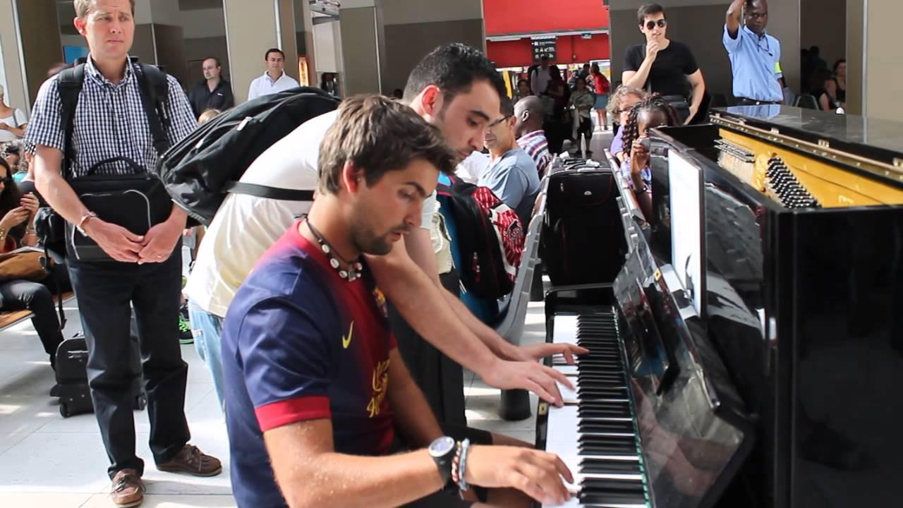 感動的なメロディ! 即興で行われたピアノ連弾が素晴らしい!