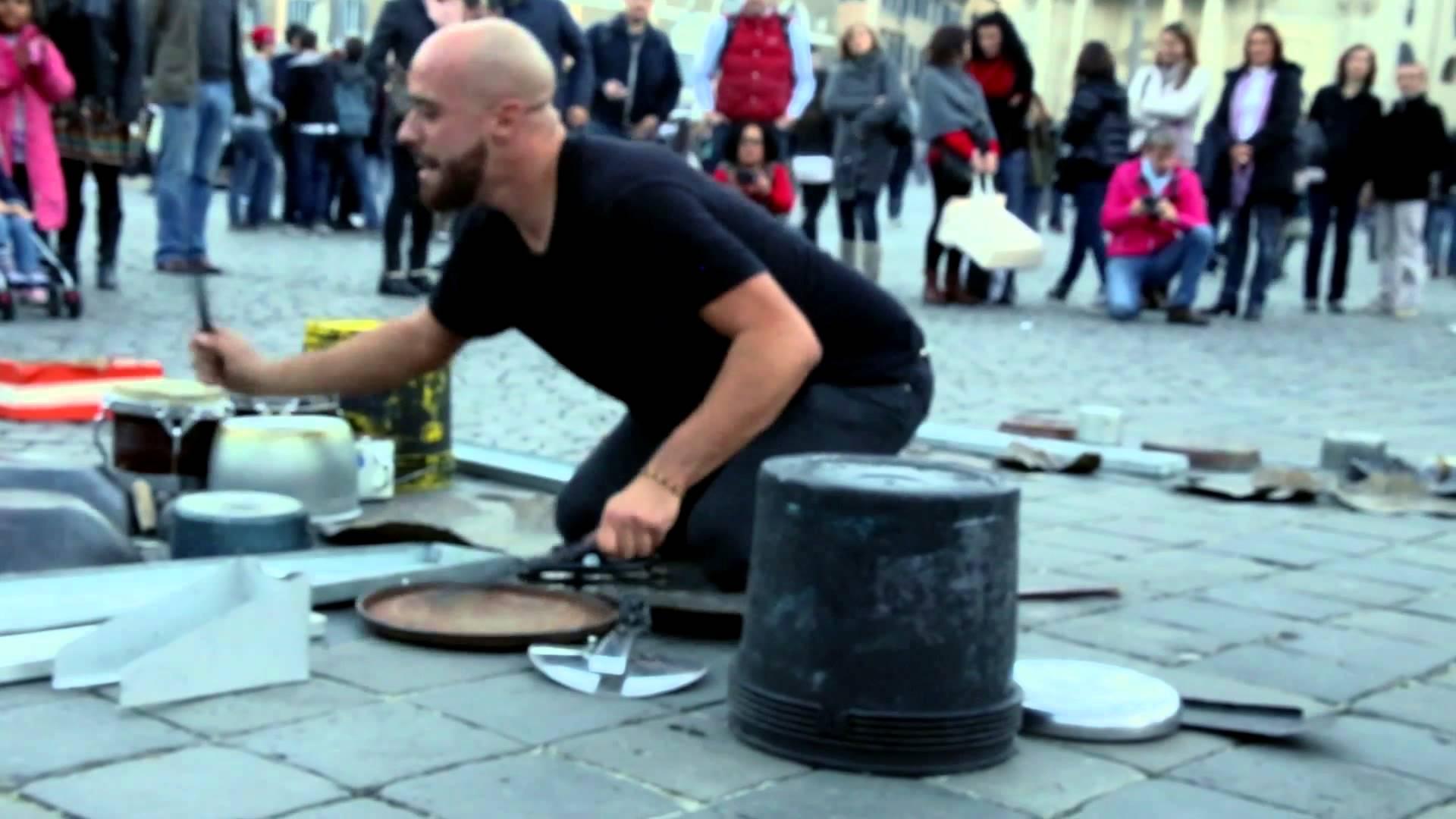 バケツなど日用品でテクノのドラムを演奏するストリートパフォーマー