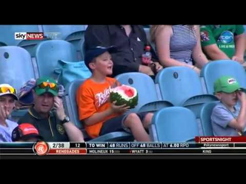 おやつ感覚w スポーツの観戦中にスイカを皮ごと食べる少年