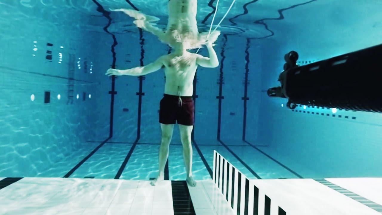 根性ありすぎw 自らの体を張って水中で発砲実験