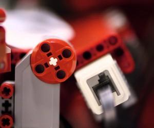 製作から離陸まで全自動、レゴ製の紙飛行機作成ロボ