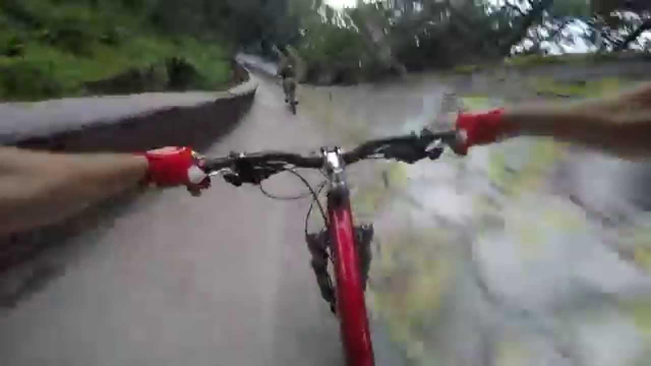 カーブが怖ぇ! ボブスレーのコースを自転車で滑走