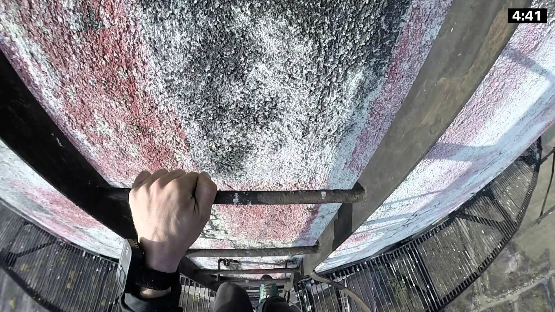 動画越しでも鳥肌が立ちそう……280mの高さの梯子を降りてみた