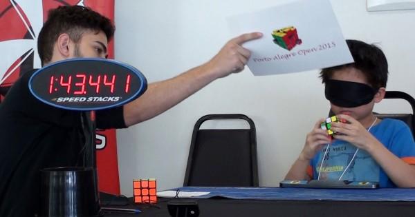 7歳の少年が魅せる!目隠しの状態からルービックキューブを完成させる神動画